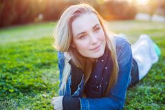 Piękna kobieta relaksuje outdoors obraz royalty free
