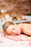 Piękna kobieta relaksuje przy zdroju traktowaniem Fotografia Royalty Free