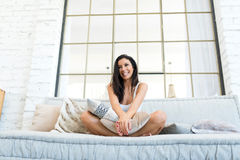 Piękna kobieta relaksuje w domu na kanapie zdjęcie royalty free