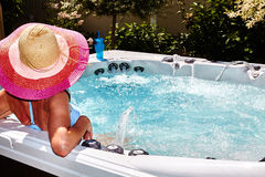 Piękna kobieta relaksuje w gorącej balii fotografia stock