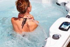 Piękna kobieta relaksuje w gorącej balii obraz stock