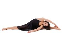 Piękna kobieta robi ćwiczeniu i odizolowywająca na białym tle Zdjęcia Royalty Free