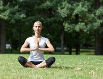 Piękna kobieta robi joga ćwiczeniom Fotografia Stock