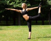 Piękna kobieta robi joga ćwiczeniom Obraz Stock