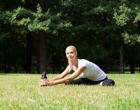 Piękna kobieta robi joga ćwiczeniom Zdjęcia Royalty Free