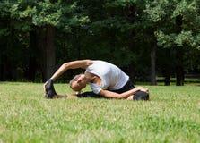 Piękna kobieta robi joga ćwiczeniom Obrazy Stock