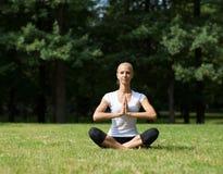 Piękna kobieta robi joga ćwiczeniom Zdjęcia Stock