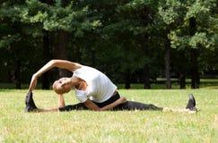 Piękna kobieta robi joga ćwiczeniom Zdjęcie Stock
