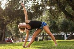 Piękna kobieta robi joga outdoors w parku obrazy stock