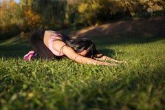 Piękna kobieta robi joga w naturze w parku Balasana lub pozycja dziecko - serie witać słońce - gór sim zmierzchu miasteczko ural obrazy royalty free