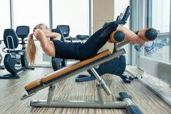 Piękna kobieta robi prasowemu sprawności fizycznej ćwiczeniu przy Obrazy Royalty Free