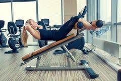 Piękna kobieta robi prasowemu sprawności fizycznej ćwiczeniu przy Zdjęcia Stock