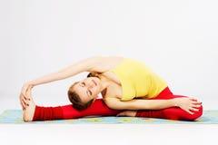 Piękna kobieta robi rozciągania ćwiczeniu Zdjęcie Royalty Free