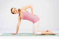 Piękna kobieta robi rozciągania ćwiczeniu Obraz Stock