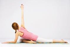 Piękna kobieta robi rozciągania ćwiczeniu Fotografia Stock