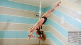 Piękna kobieta robi słupa tanu, żeńskiemu tancerza, dziewczyna tana, sprawności fizycznej i sporta, zbiory wideo