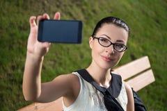Piękna kobieta robi selfie fotografii lub pokazuje coś na smar Obraz Royalty Free