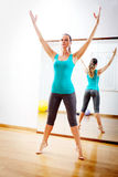 Piękna kobieta robi sprawności fizycznych ćwiczeniom rozciąga witn otwarte ręki obrazy stock