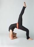 Piękna kobieta robi yoguna bielu tłu zdjęcie stock