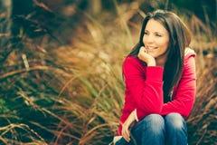 piękna kobieta siedząca zdjęcia stock