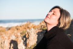 piękna kobieta siedząca dorosłych Zdjęcie Stock