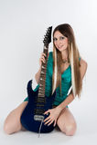 Piękna kobieta siedzi z gitarą Fotografia Royalty Free