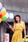 piękna kobieta smilling z mnóstwo ballons w ręce obrazy stock