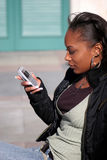 piękna kobieta sms - ów zdjęcia royalty free