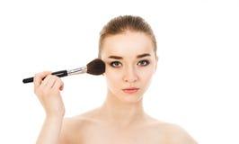 Piękna kobieta stosuje kosmetyka z muśnięciem odizolowywającym Zdjęcia Stock