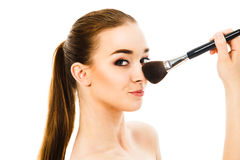 Piękna kobieta stosuje kosmetyka z muśnięciem odizolowywającym Obrazy Royalty Free