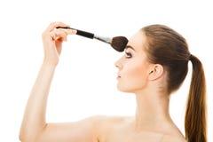 Piękna kobieta stosuje kosmetyka z muśnięciem odizolowywającym Zdjęcia Royalty Free