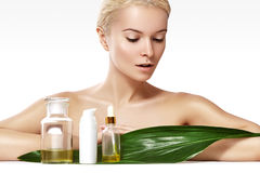 Piękna kobieta stosuje organicznie kosmetyka i oliwi dla piękna zdroju wellness Czyści skórę, błyszczący włosy Opieka zdrowotna obrazy stock