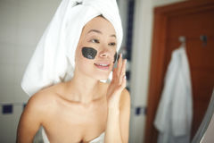 Piękna kobieta Stosuje twarzy Cleaning pętaczkę zdjęcia stock