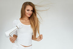Piękna kobieta Suszy Prostego włosy Używać suszarkę hairdryer obraz royalty free