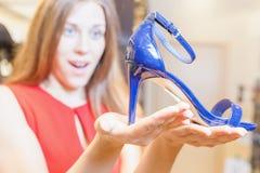 Piękna kobieta szczęśliwa otrzymywać prezentów buty jako teraźniejszość Obraz Royalty Free