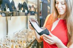 Piękna kobieta szczęśliwa otrzymywać prezentów buty jako teraźniejszość Zdjęcia Royalty Free
