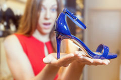 Piękna kobieta szczęśliwa otrzymywać prezentów buty jako teraźniejszość Fotografia Stock