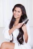 Piękna kobieta szczotkuje ona długie włosy Obraz Stock
