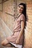 Piękna kobieta target1124_0_ przeciw ściana z cegieł Zdjęcia Stock