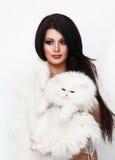 Piękna kobieta trzyma białego perskiego kota Zdjęcia Royalty Free