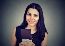 Piękna kobieta trzyma ciemny czekoladowego baru czuć szczęśliwy obraz royalty free