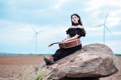 Piękna kobieta trzyma gitarę obraz royalty free