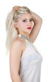 Piękna kobieta trzyma jej włosy up zdjęcie royalty free
