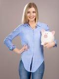 Piękna kobieta trzyma prosiątko banka Obraz Royalty Free