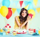 Piękna kobieta trzyma teraźniejszość przy jej urodziny Zdjęcie Stock
