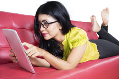 Piękna kobieta używa cyfrową pastylkę Obraz Stock