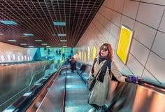 Piękna kobieta używa eskalator przystępować Marmaray pociąg obrazy stock