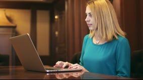 Piękna kobieta używa laptop i pisać na maszynie tekst na klawiaturze w ministerstwie spraw wewnętrznych zbiory