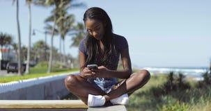 Piękna kobieta używa telefon na ogrodzeniu zdjęcie wideo
