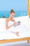 Piękna kobieta używa touchpad notatnika Zdjęcie Royalty Free